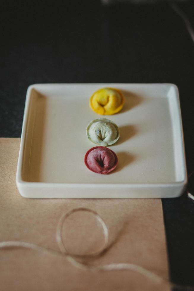 kleurrijke tortellini op plaat foto