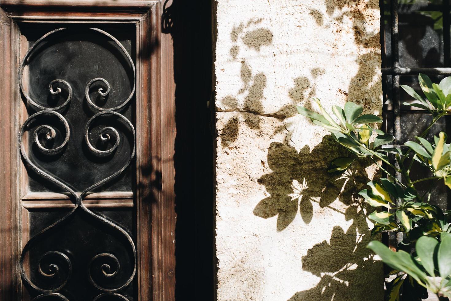 bruin en zwart raam foto