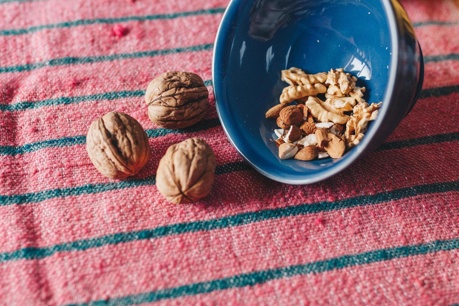 drie bruine noten foto