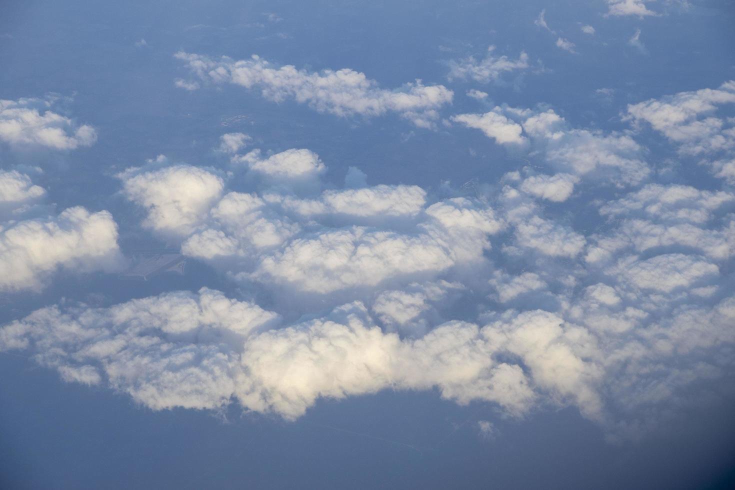 witte pluizige wolken foto