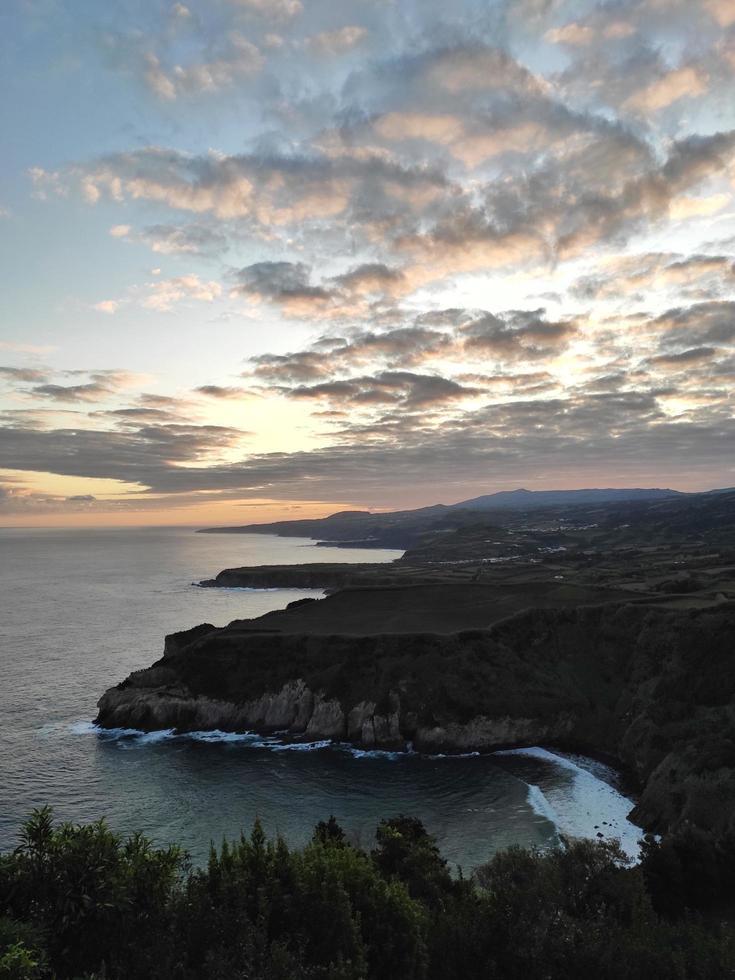 oceaan kliffen onder zonsondergang foto