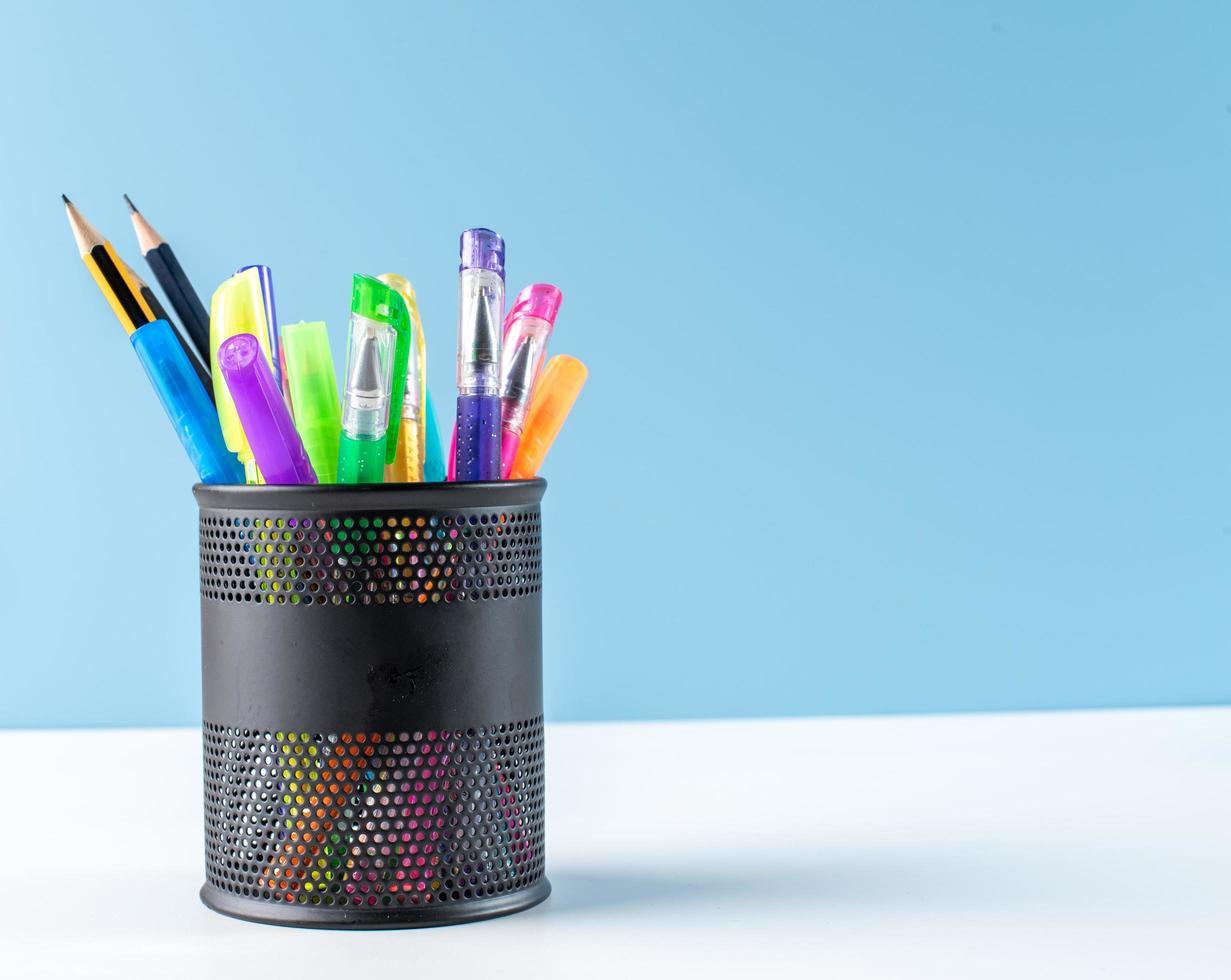 pennen en potloden in houder foto