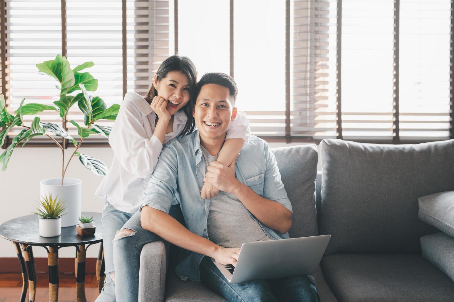 gelukkig Aziatisch paar dat een goede tijd heeft foto