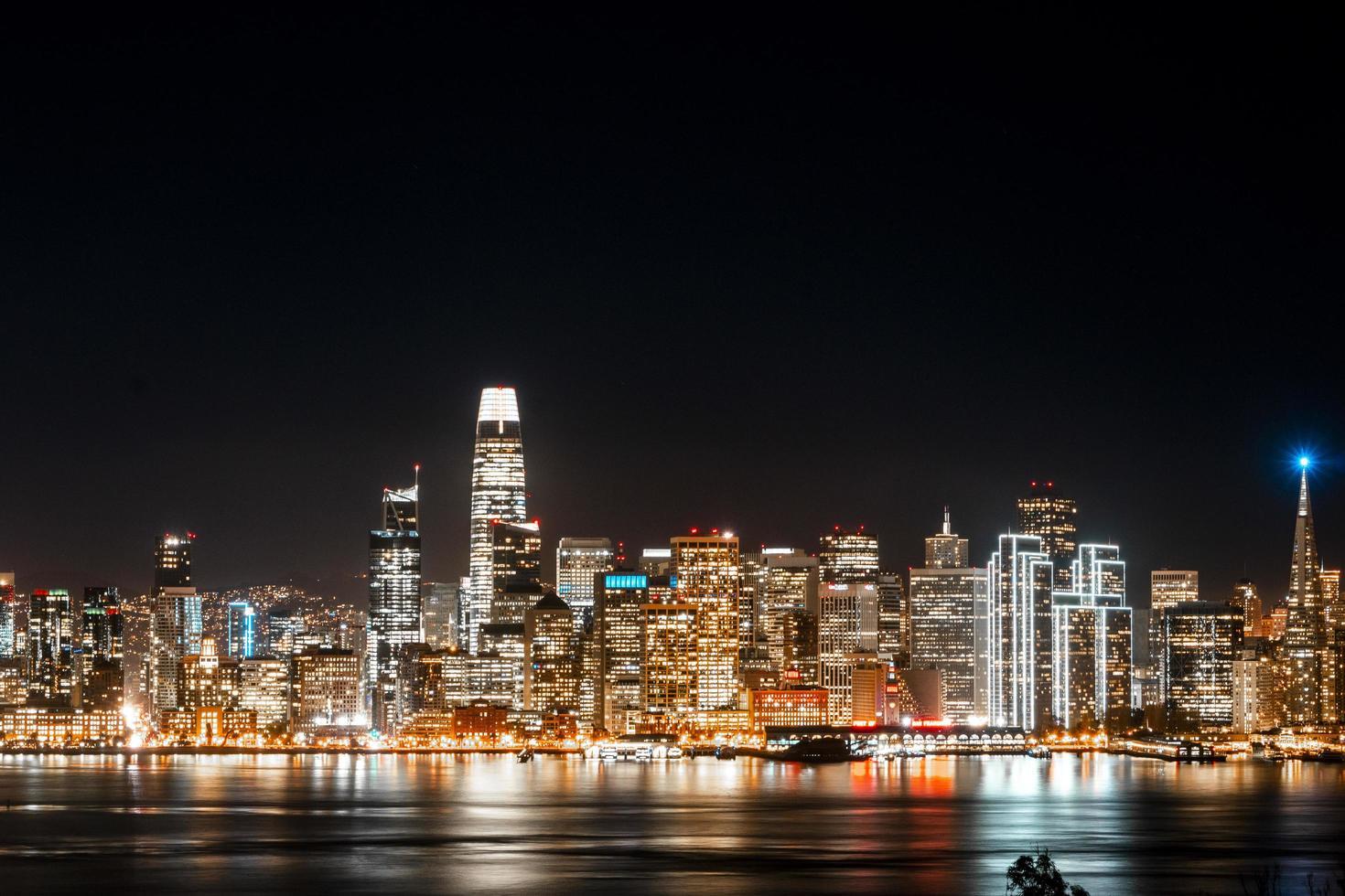 skyline van de stad tijdens de nacht foto