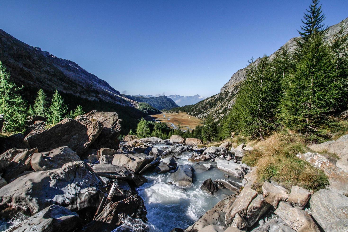 rivier op rotsachtige berg foto