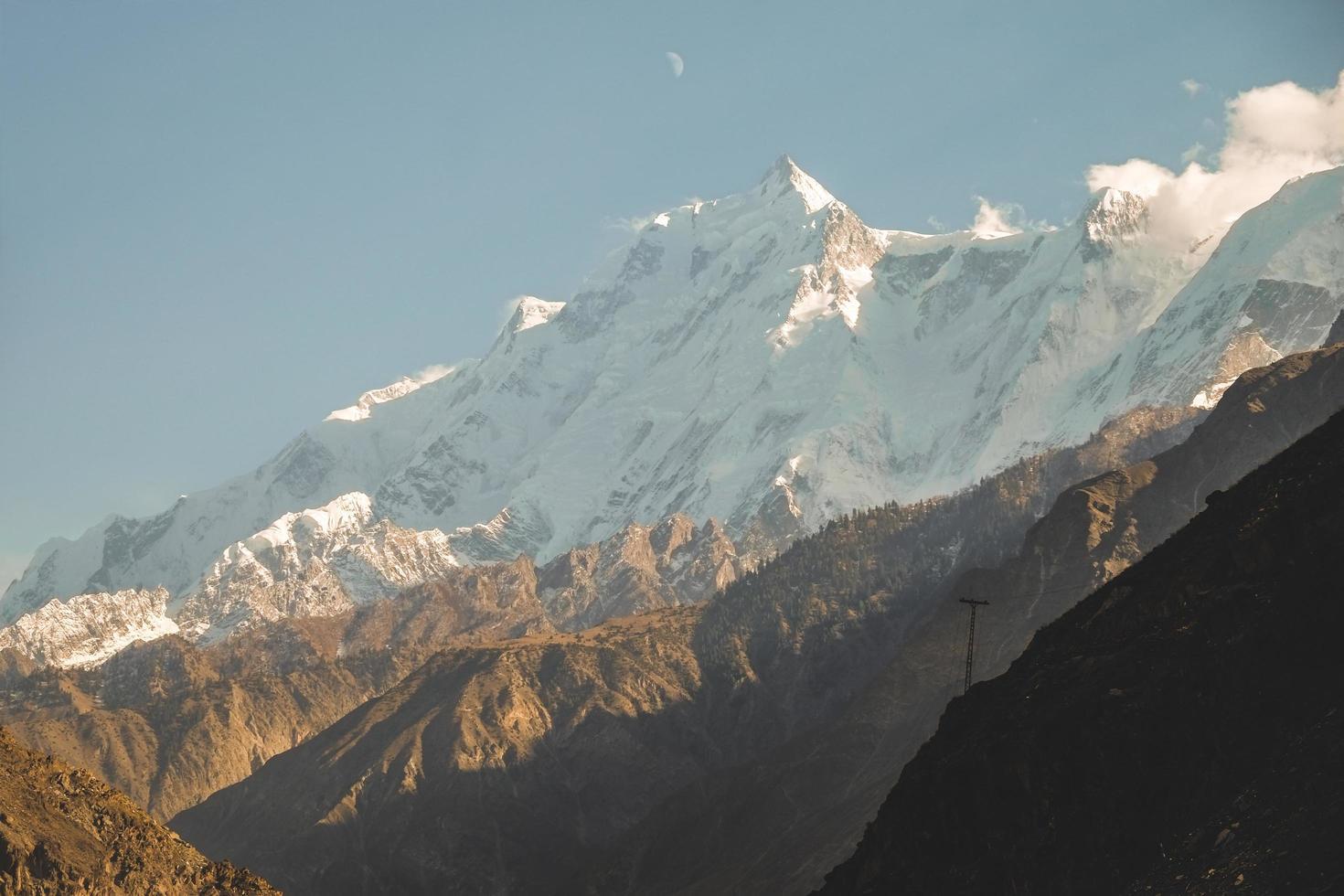 met sneeuw bedekte rakaposhi-bergen foto