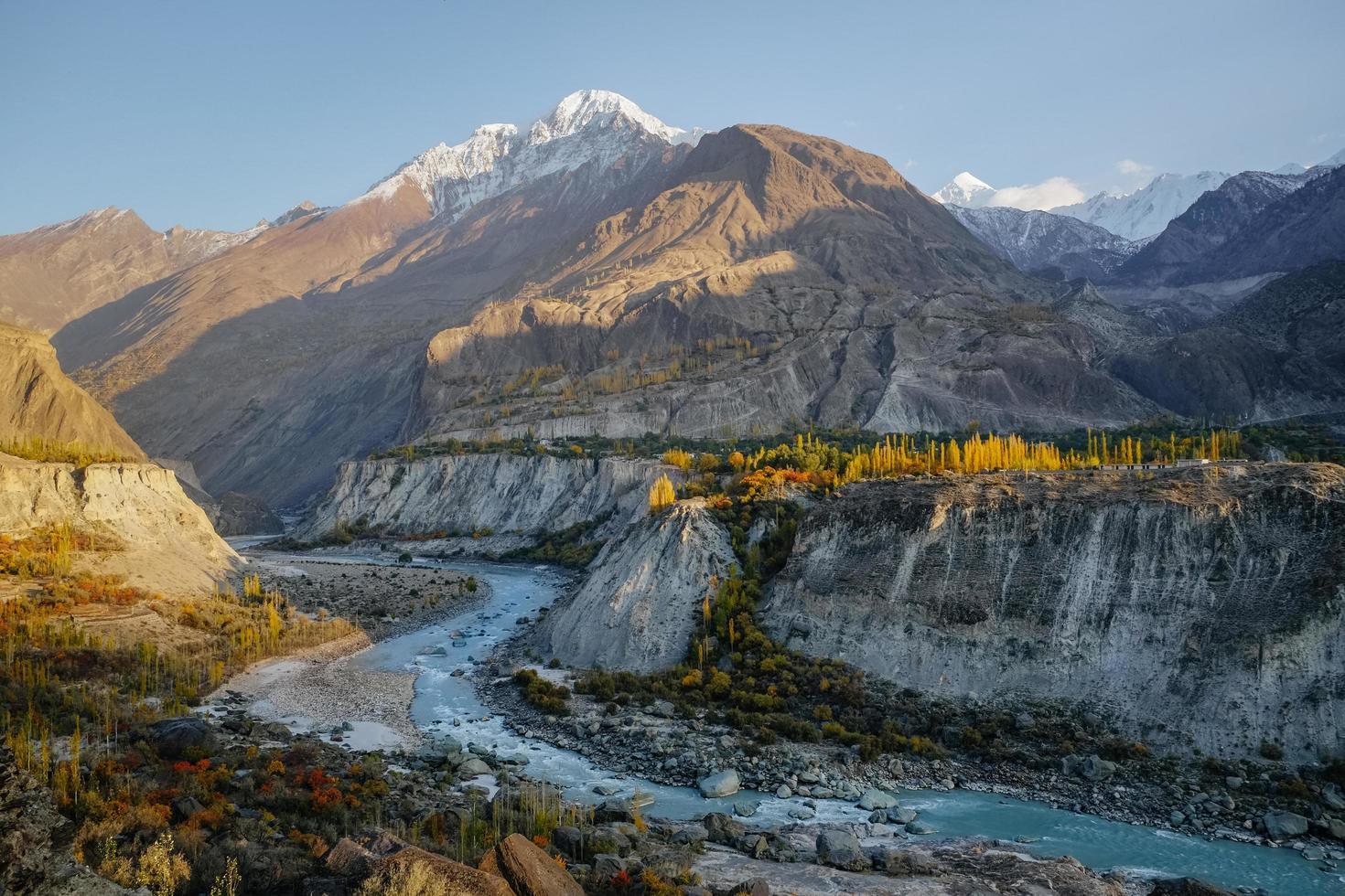 kronkelende rivier die door karakoram gebergte stroomt foto