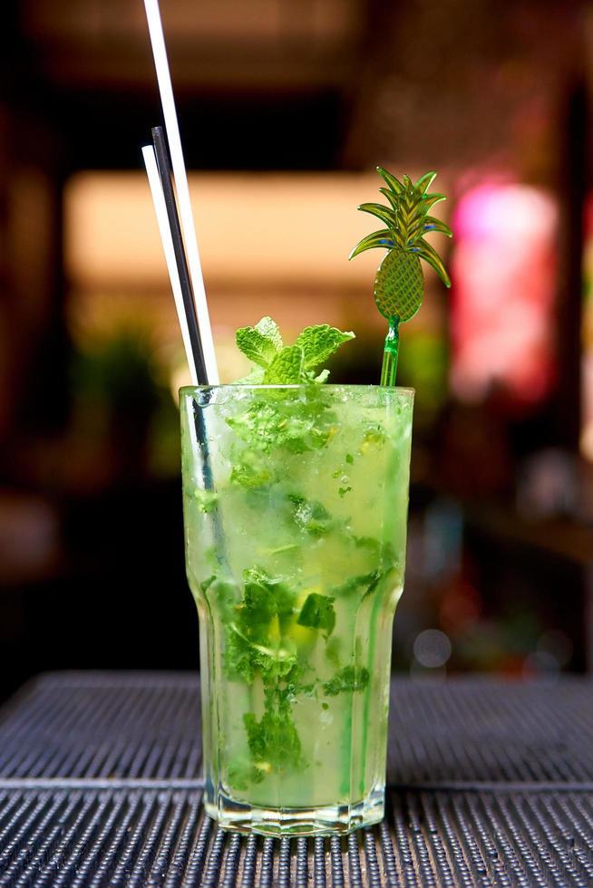 koude cocktail aan de bar foto