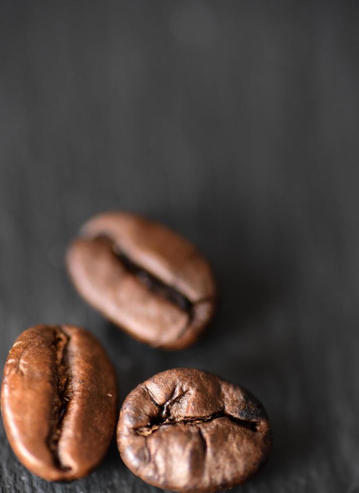 drie gebrande koffiebonen foto
