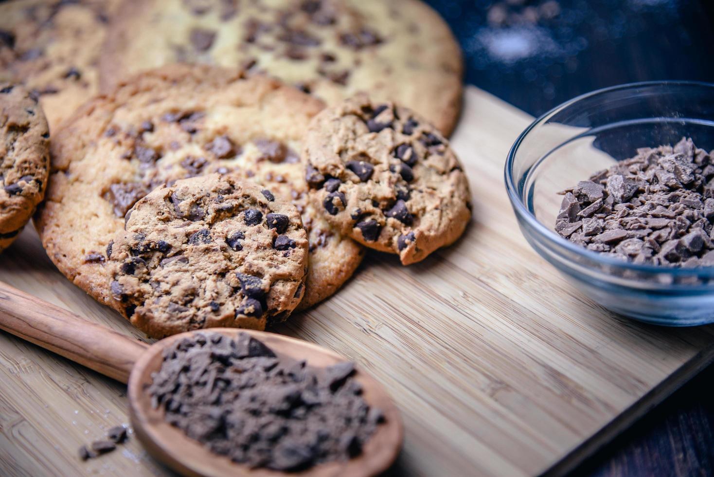 chocolate chip cookies met ingrediënten foto
