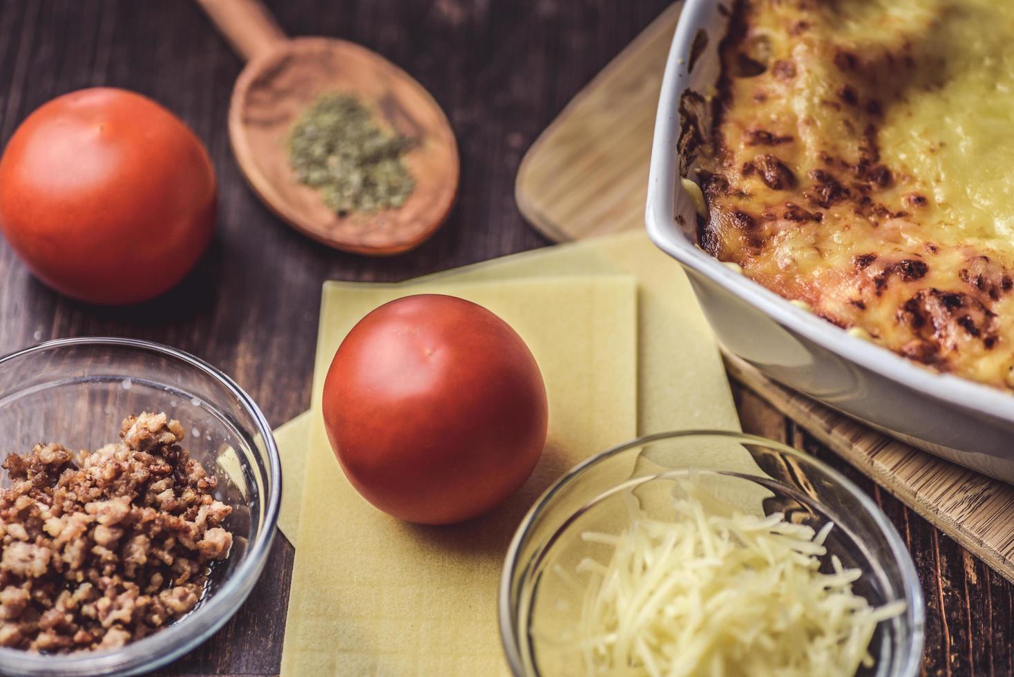 gebakken lasagne met ingrediënten foto