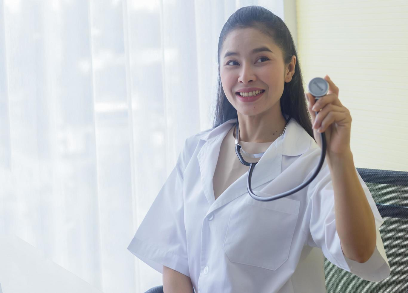 mooie jonge vrouw arts staat glimlachend foto
