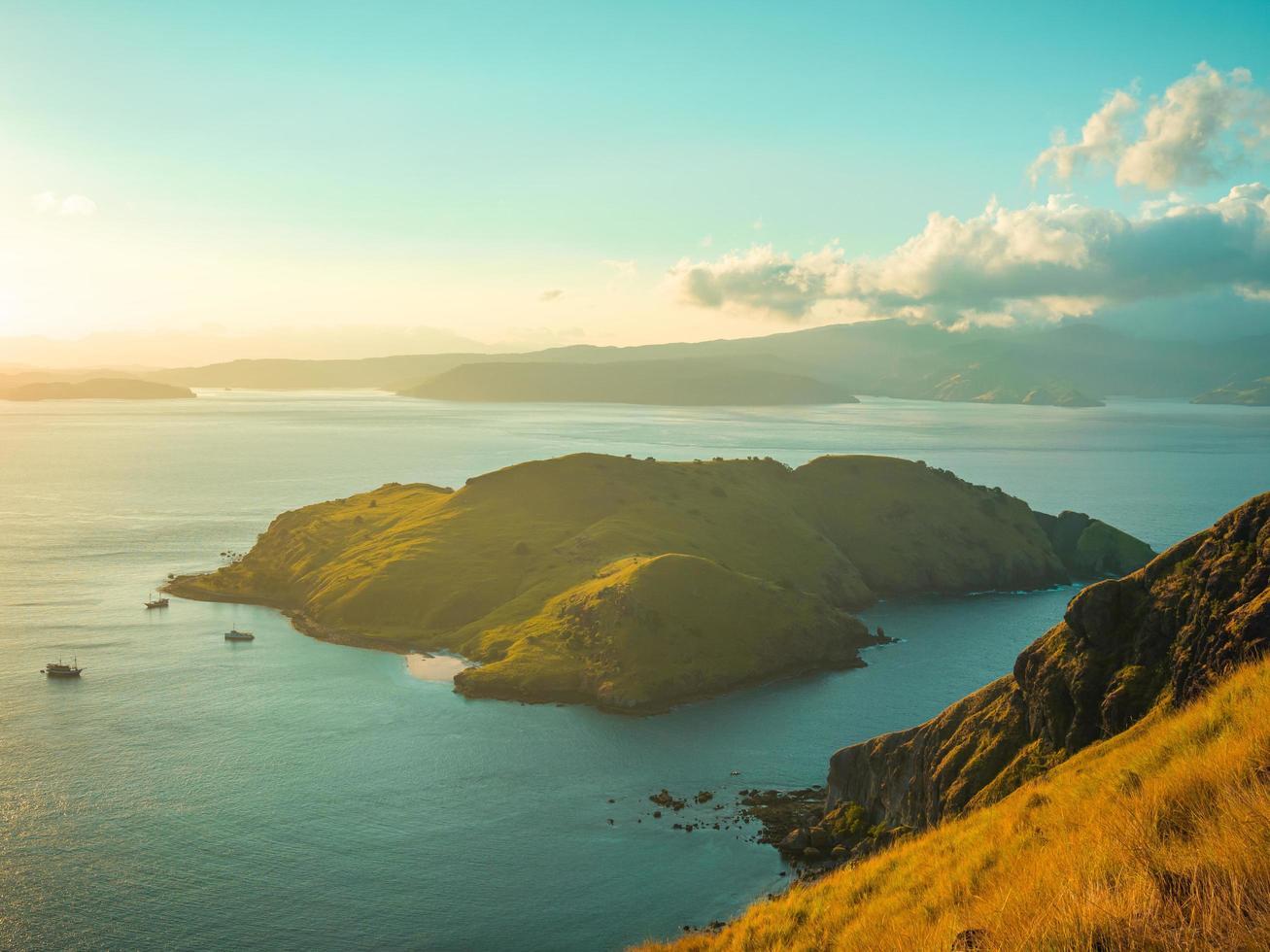 uitzicht op een eiland bij zonsondergang foto