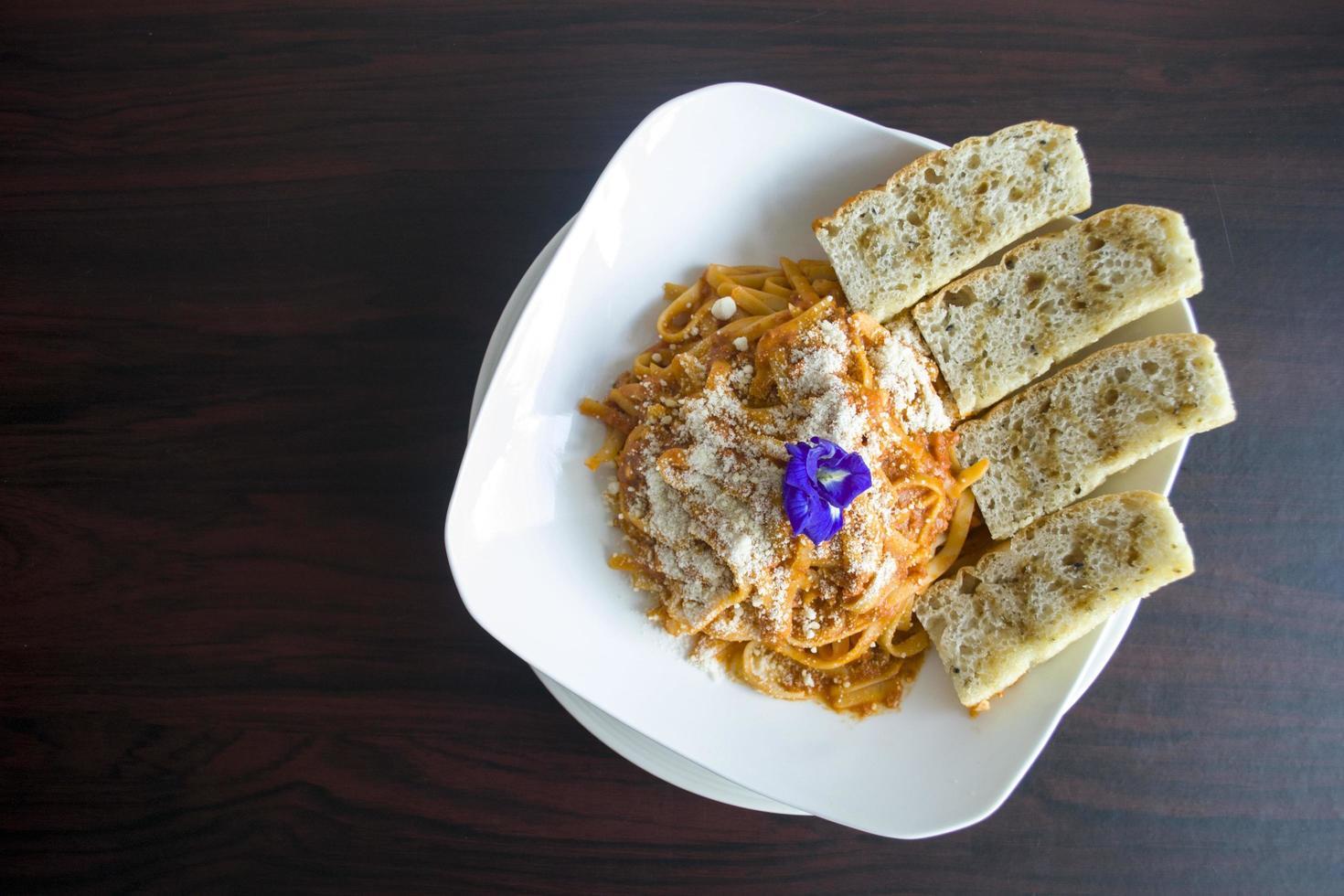 pastagerecht met gesneden brood foto