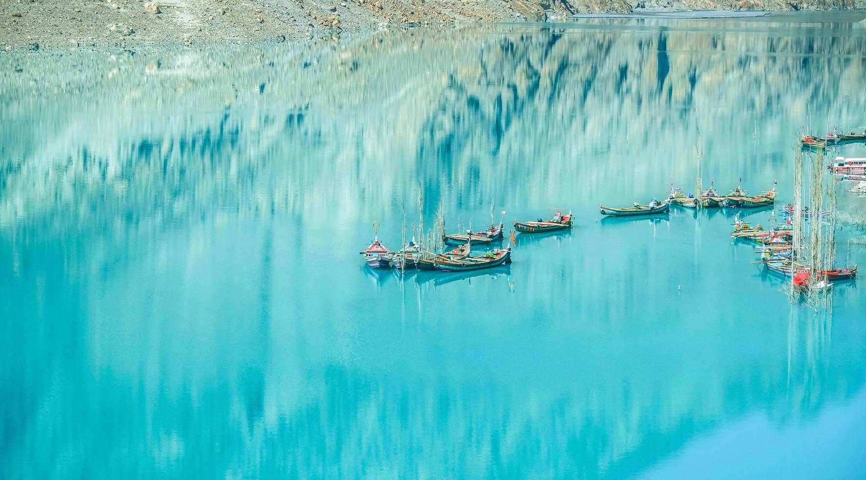 aangemeerde boten in het Attabad-meer foto