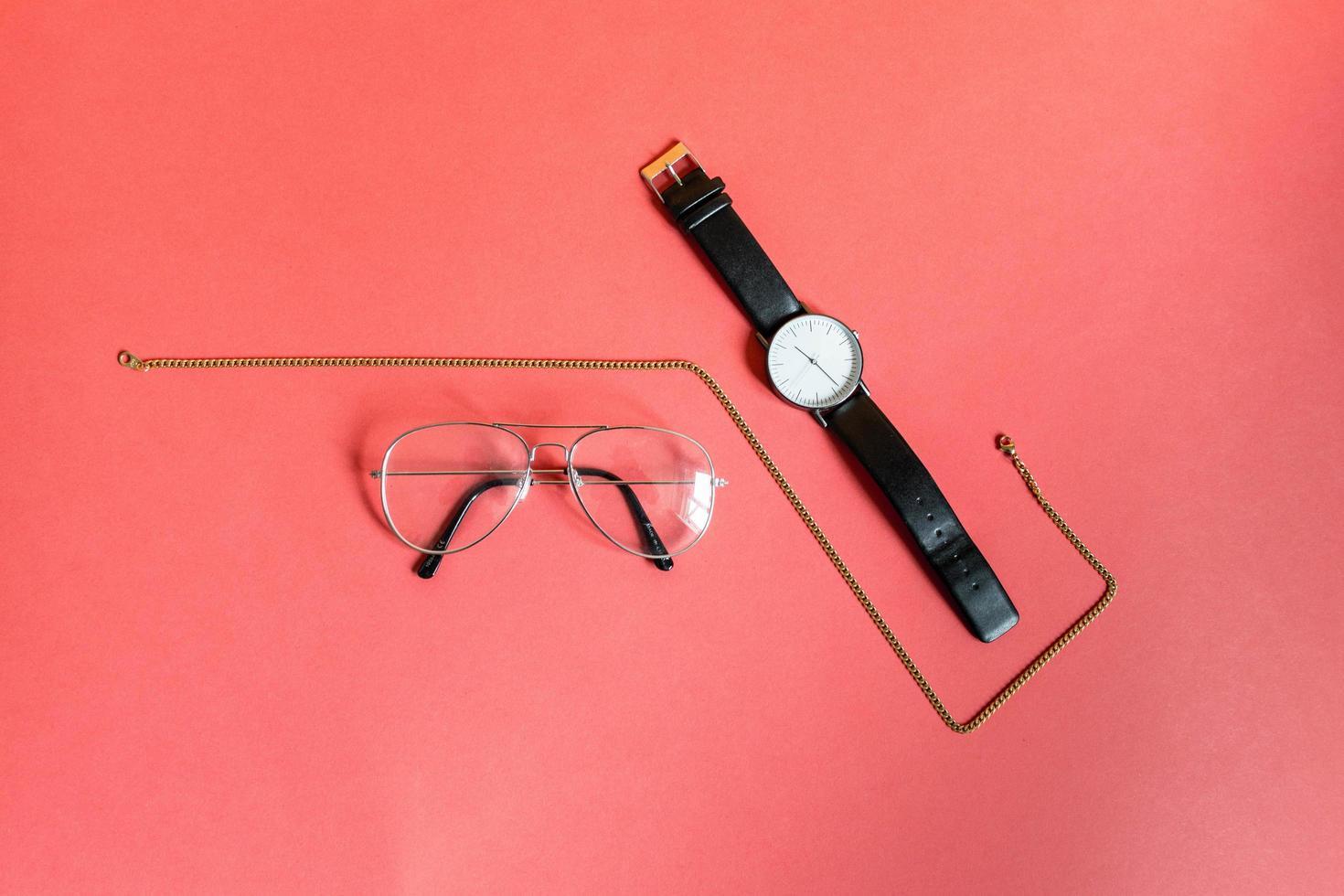 gouden ketting, bril en horloge foto