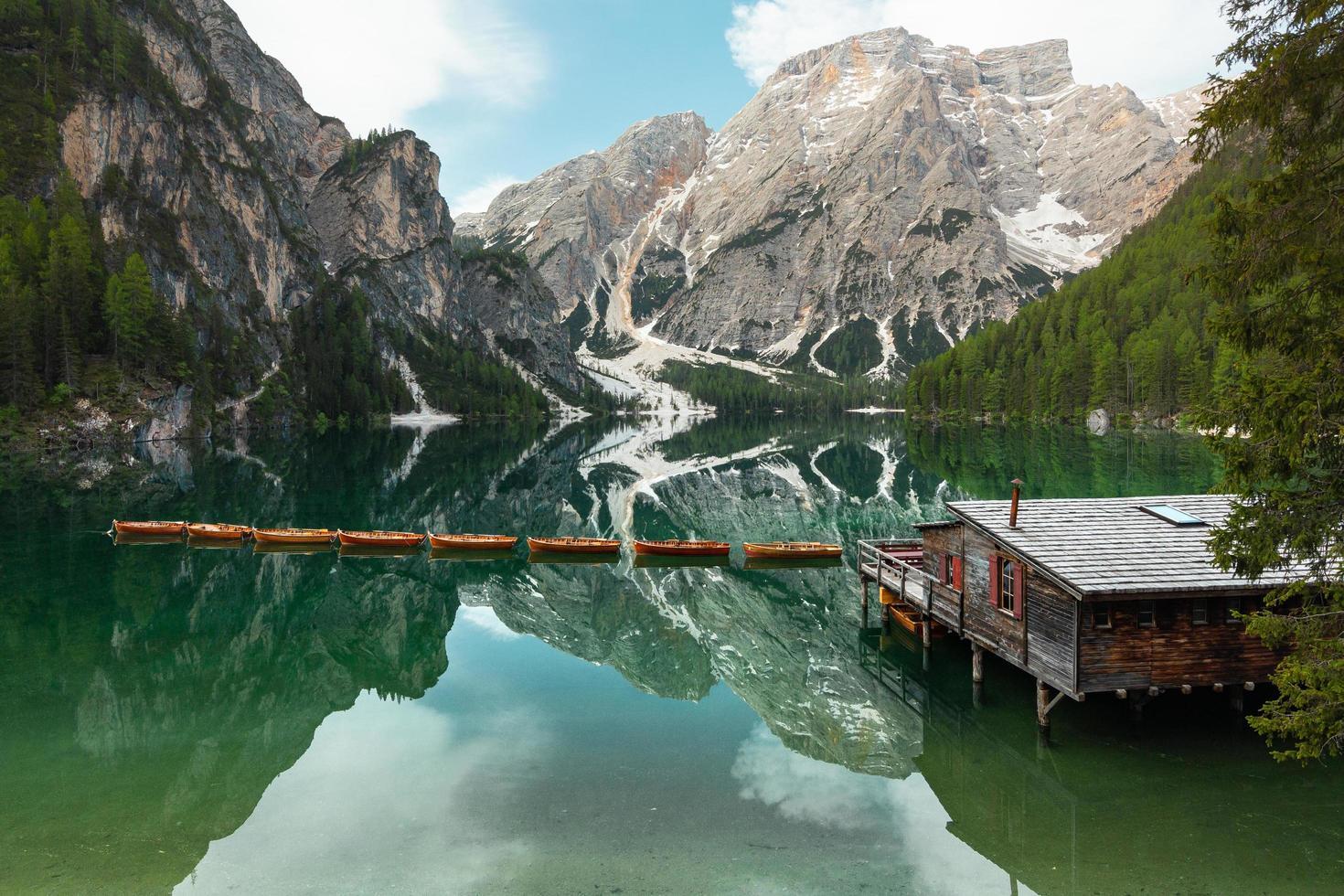 Lakehouse, dock en boten naast berg foto