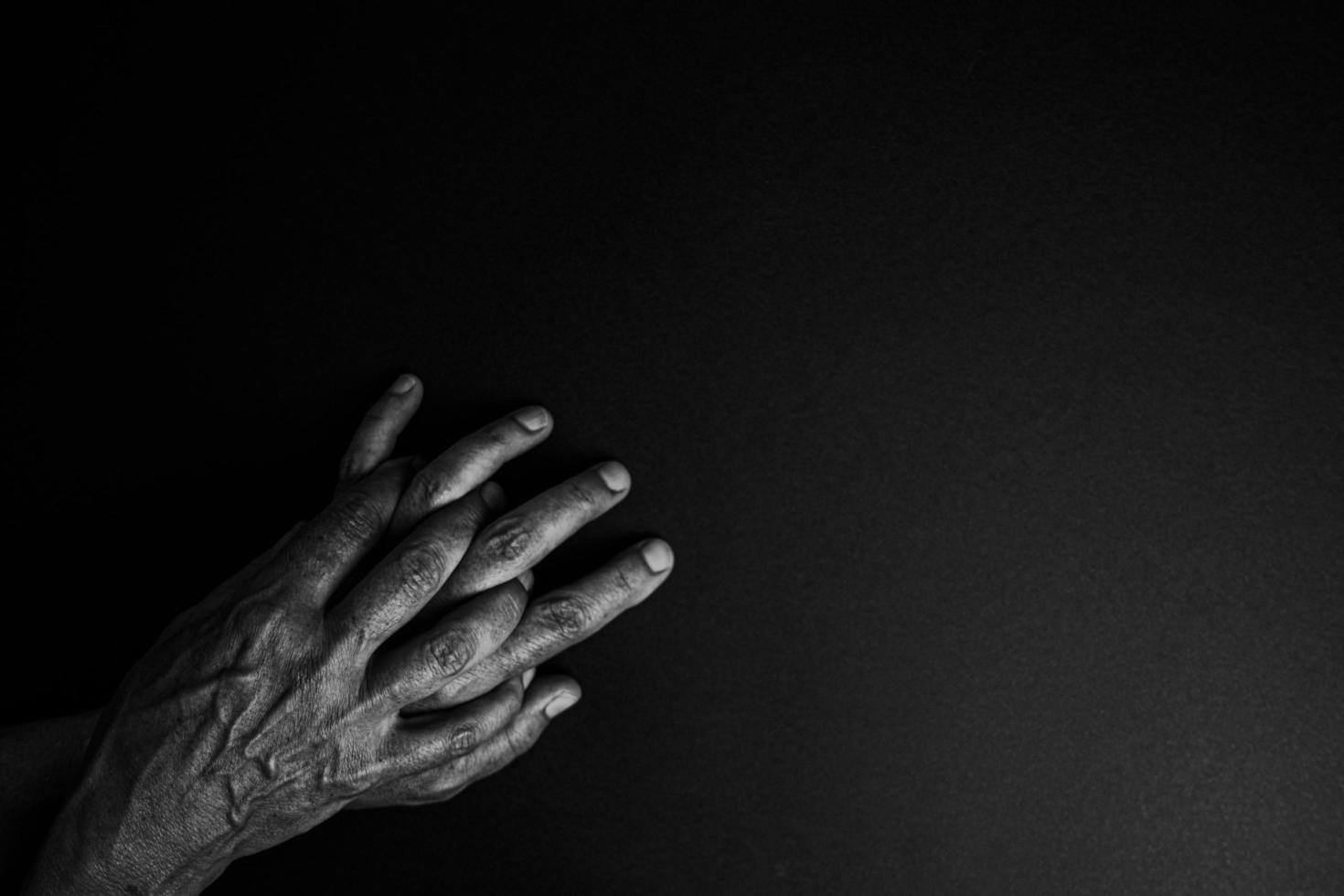 twee handen in zwart-wit foto