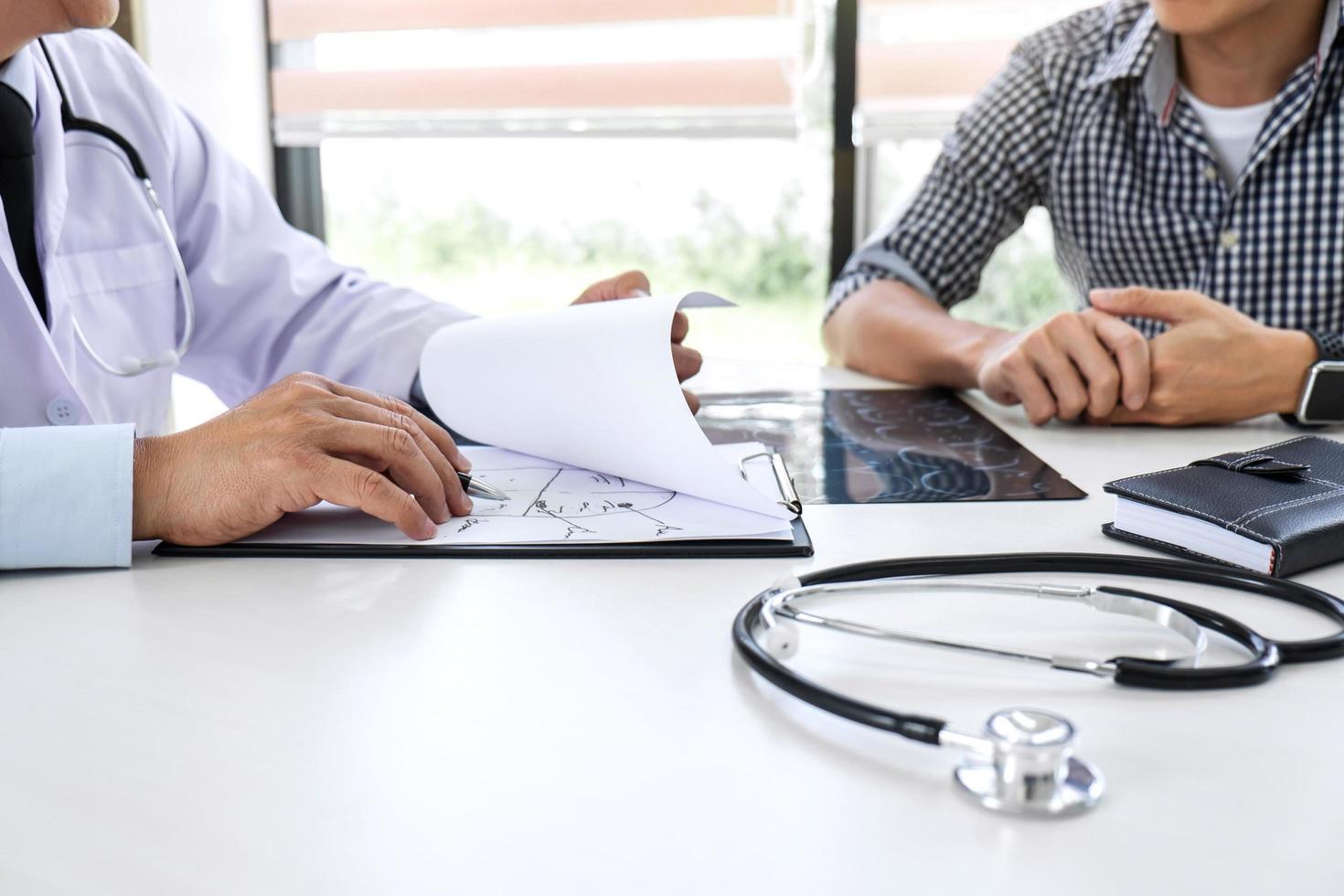 arts adviseert behandeling met patiënt foto