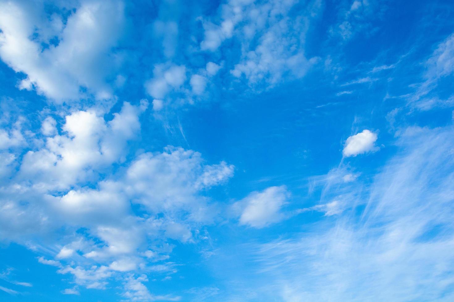 cirrus en cumuluswolken foto