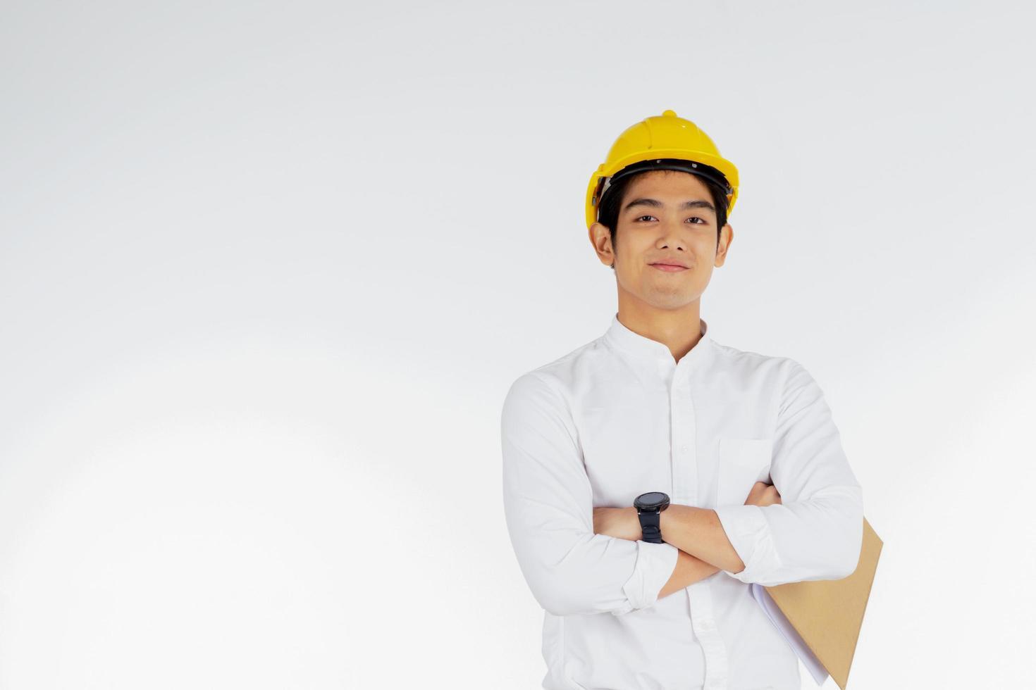 ingenieur die bouwvakker met klembord draagt foto