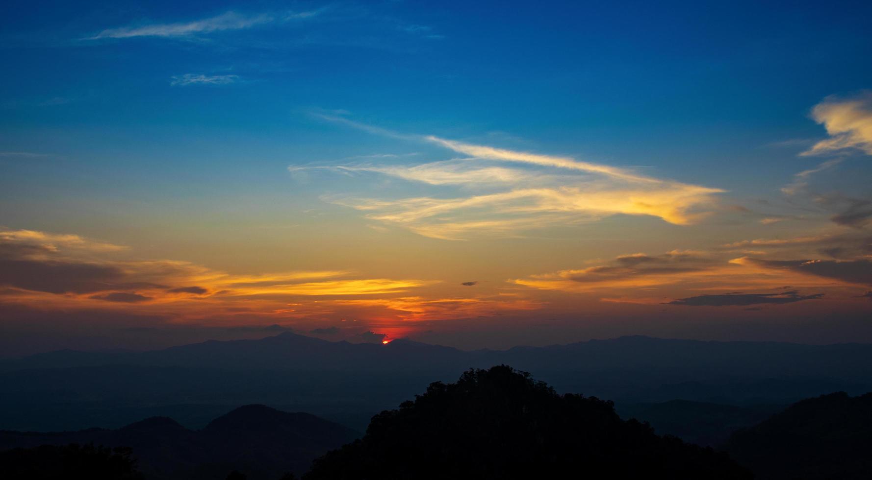 zonsondergang over de bergen in noordelijk thailand foto