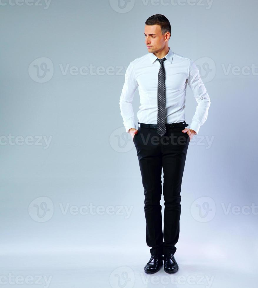 full-length portret van peinzende zakenman foto