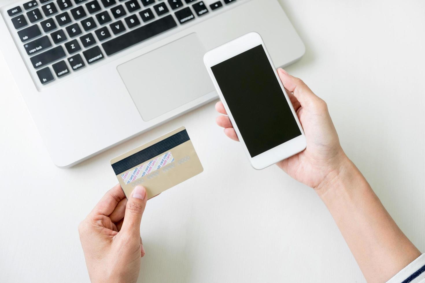 vrouw met behulp van slimme telefoon voor online winkelen foto