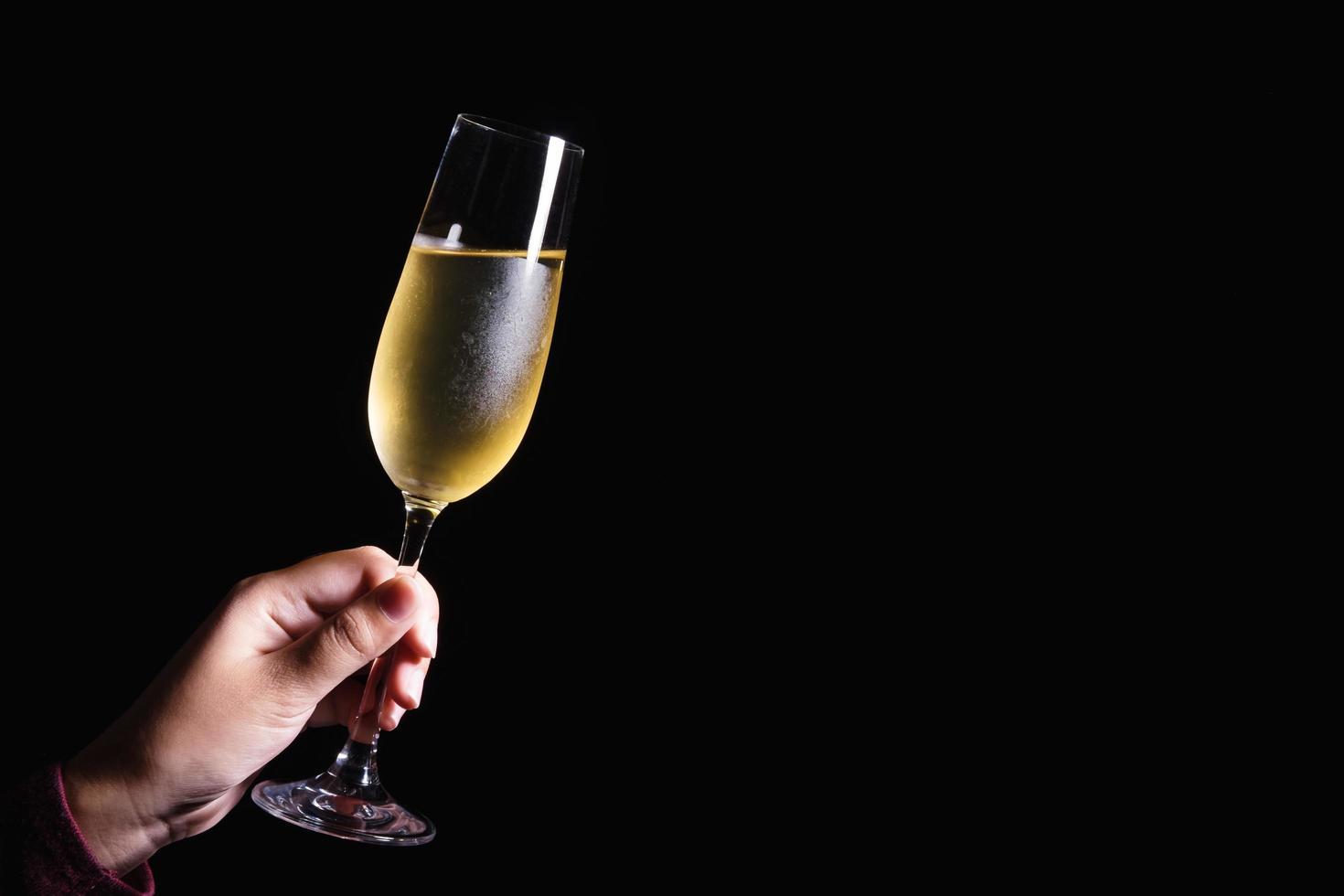 hand met glas champagne foto