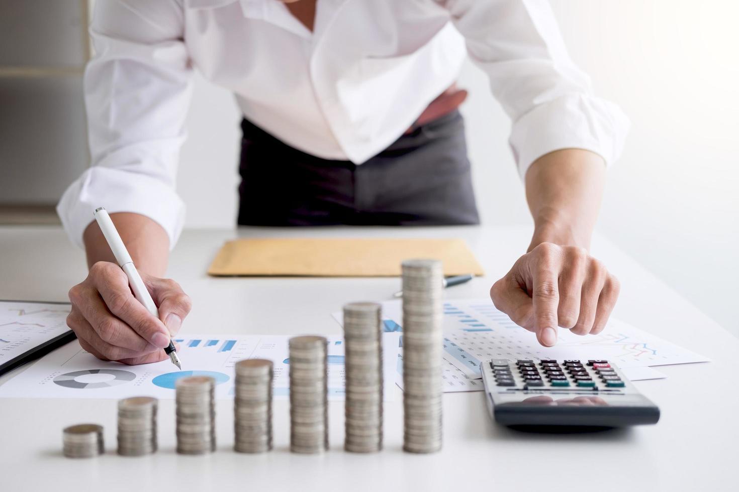 zakelijke accountant berekening van de financiën van de voorraad foto