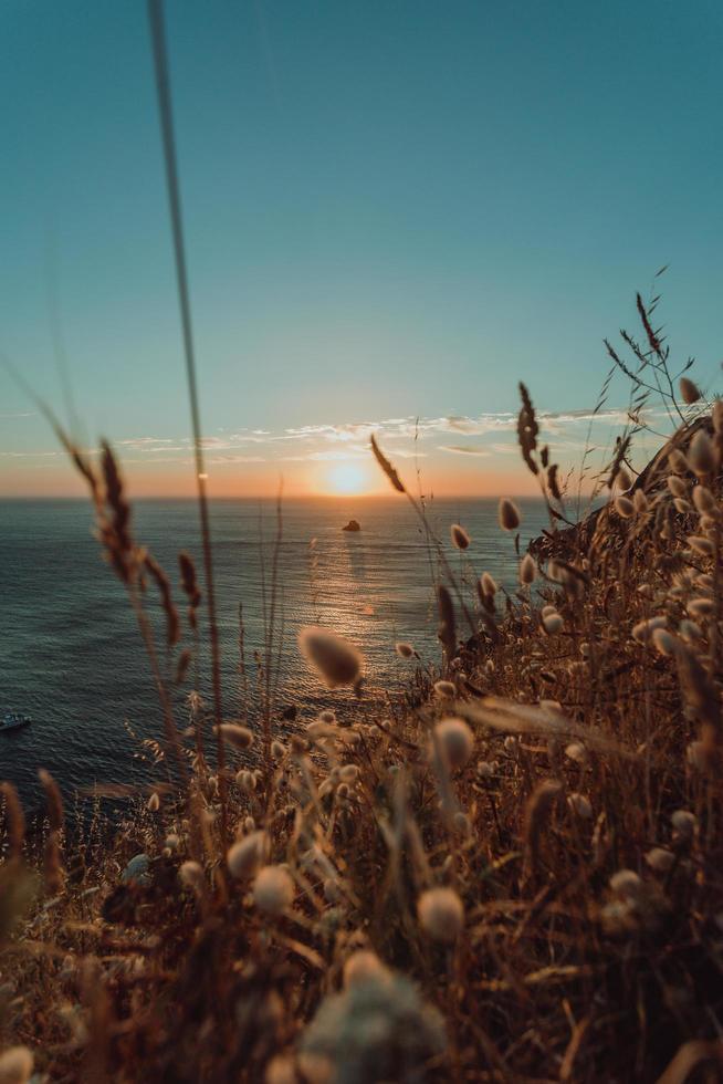 zonsondergang vanaf de kust in spanje foto