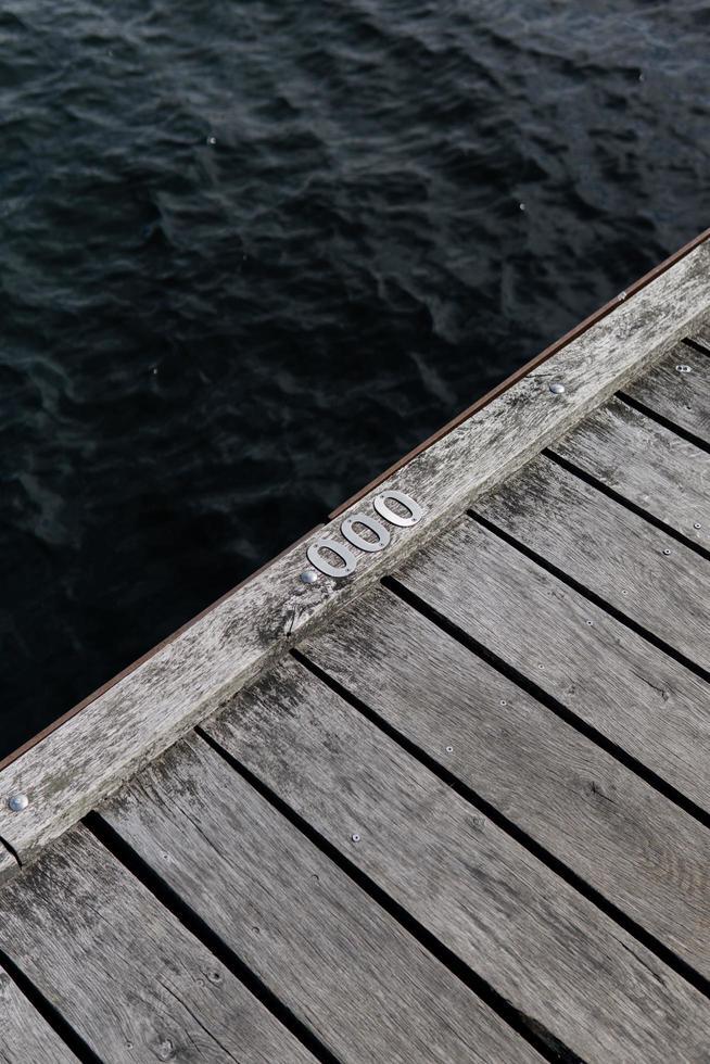 close-up van houten dok dichtbij water foto