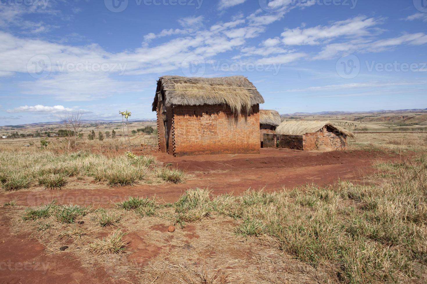 huis met rieten dak in het westen van Madagaskar foto