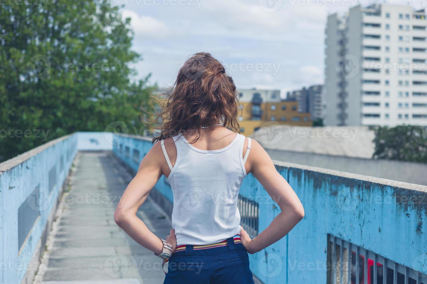 jonge vrouw stond op een loopbrug foto