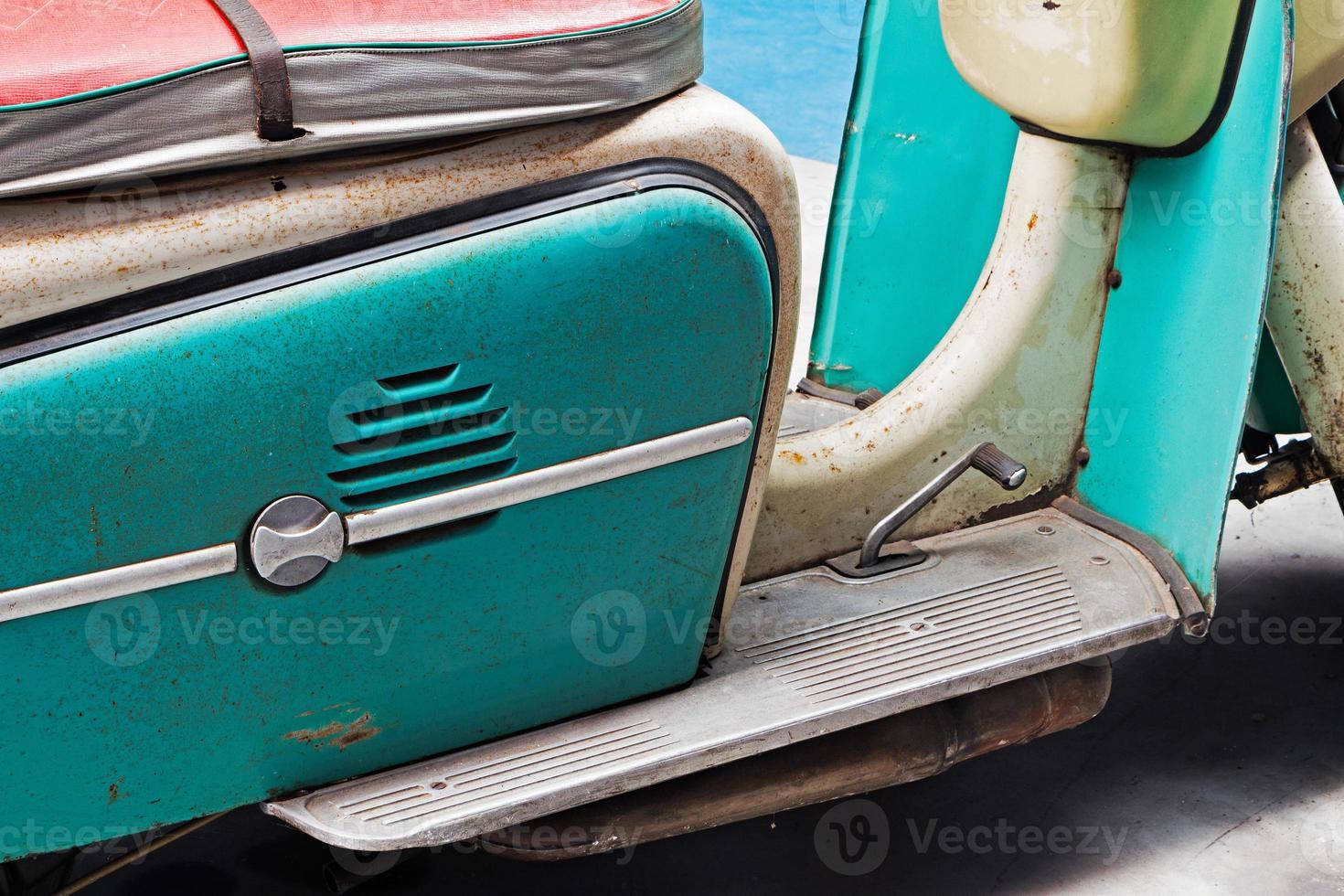 detail van de roestige oude scooter foto