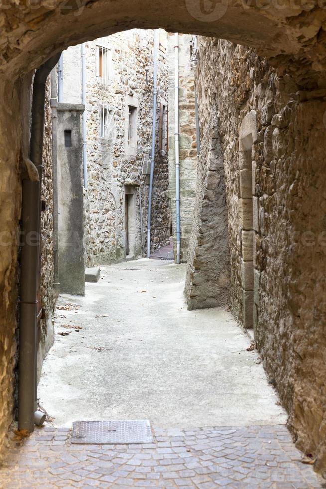 typisch steegje in een dorp in Zuid-Frankrijk foto