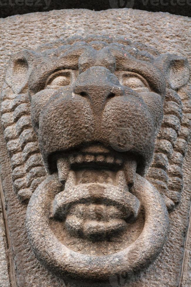 decoratief kenmerk oud gebouw in de vorm van leeuwenkop foto