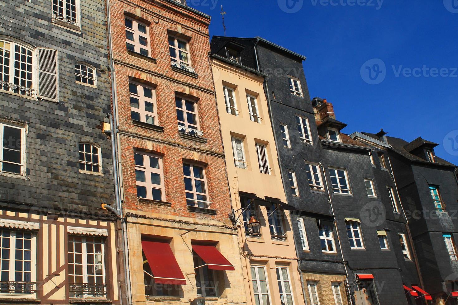 façades d'ardoise au vieux bassin d'honfleur, frankrijk foto