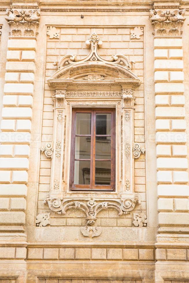 voorgevel van palazzo dei celestini, lecce, italië. foto