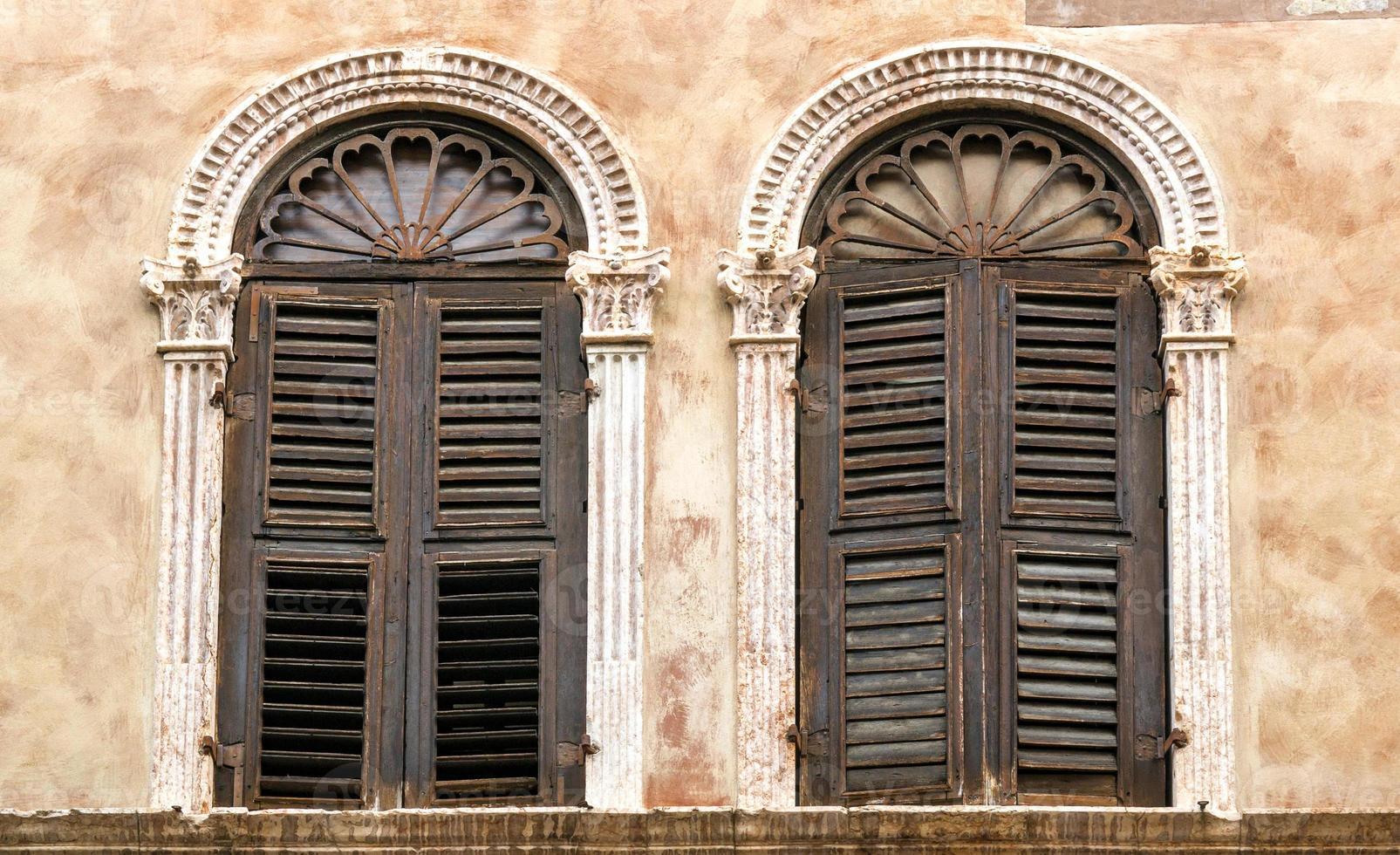 twee oude ramen foto