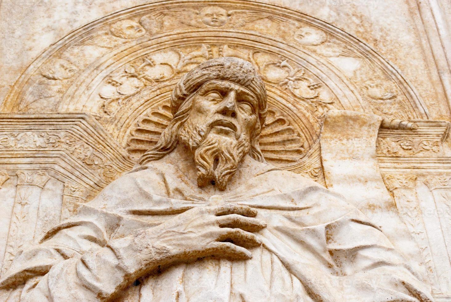 marmeren reliëf bijbels foto