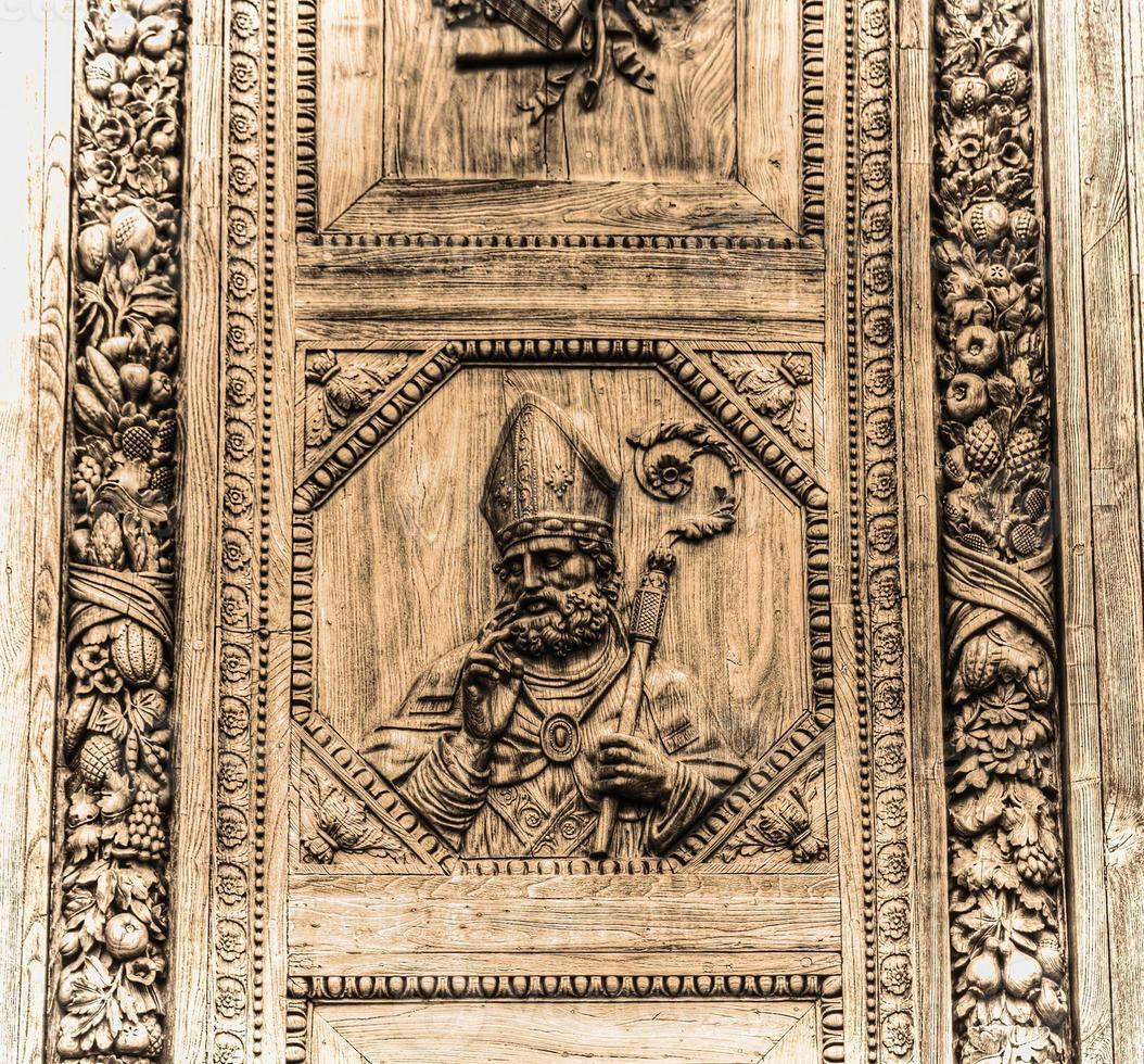 santa croce voordeur in florence in sepia toon foto