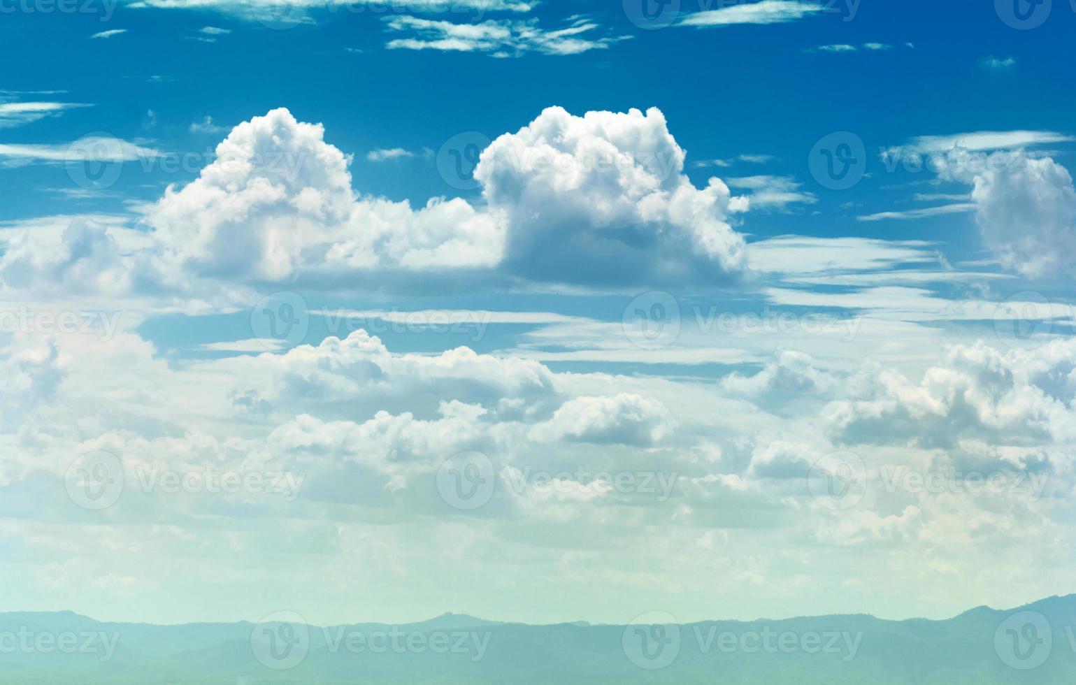 blauwe hemelachtergrond foto