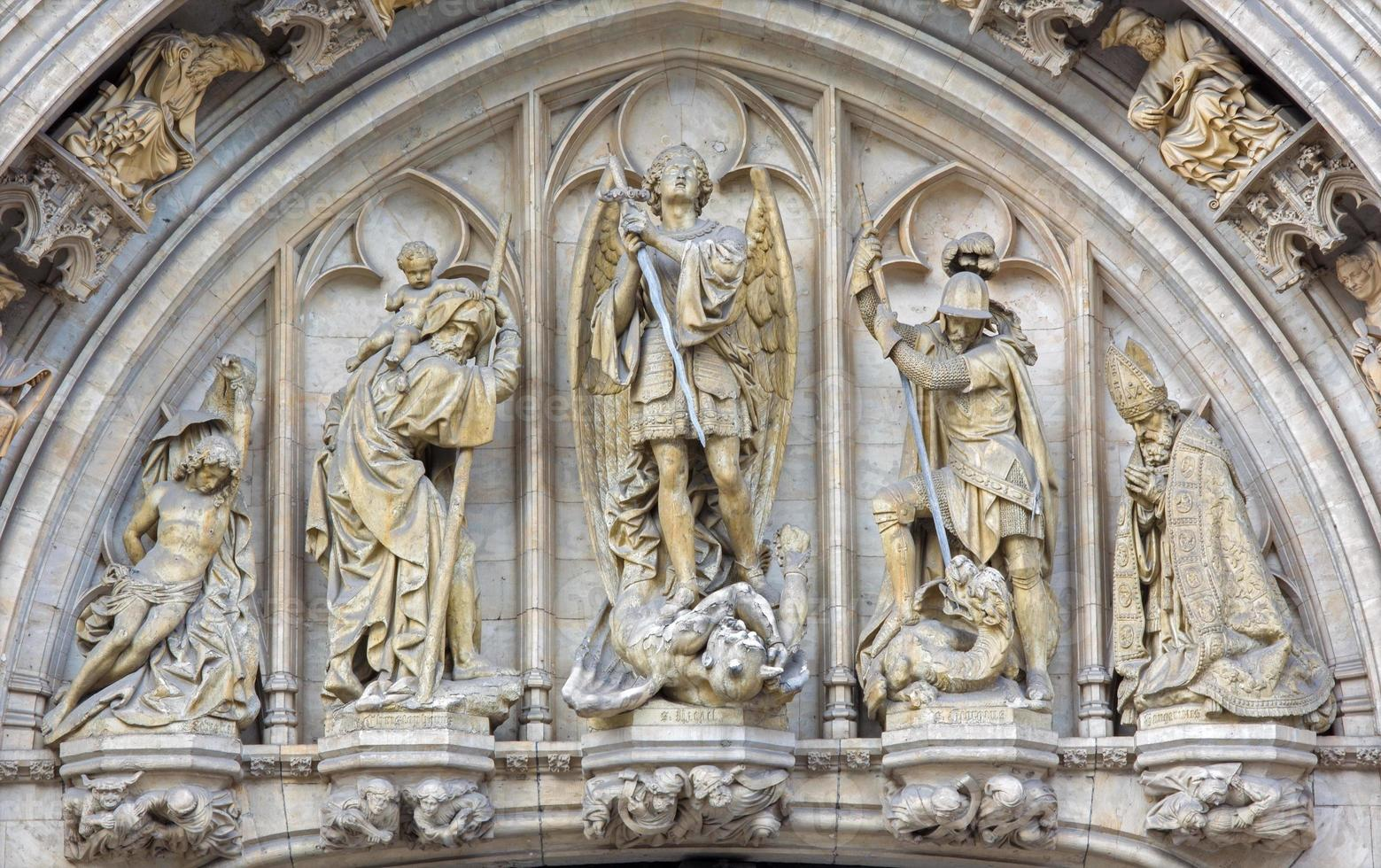 brussel - st. aartsengel Michael op de gevel van het stadhuis. foto