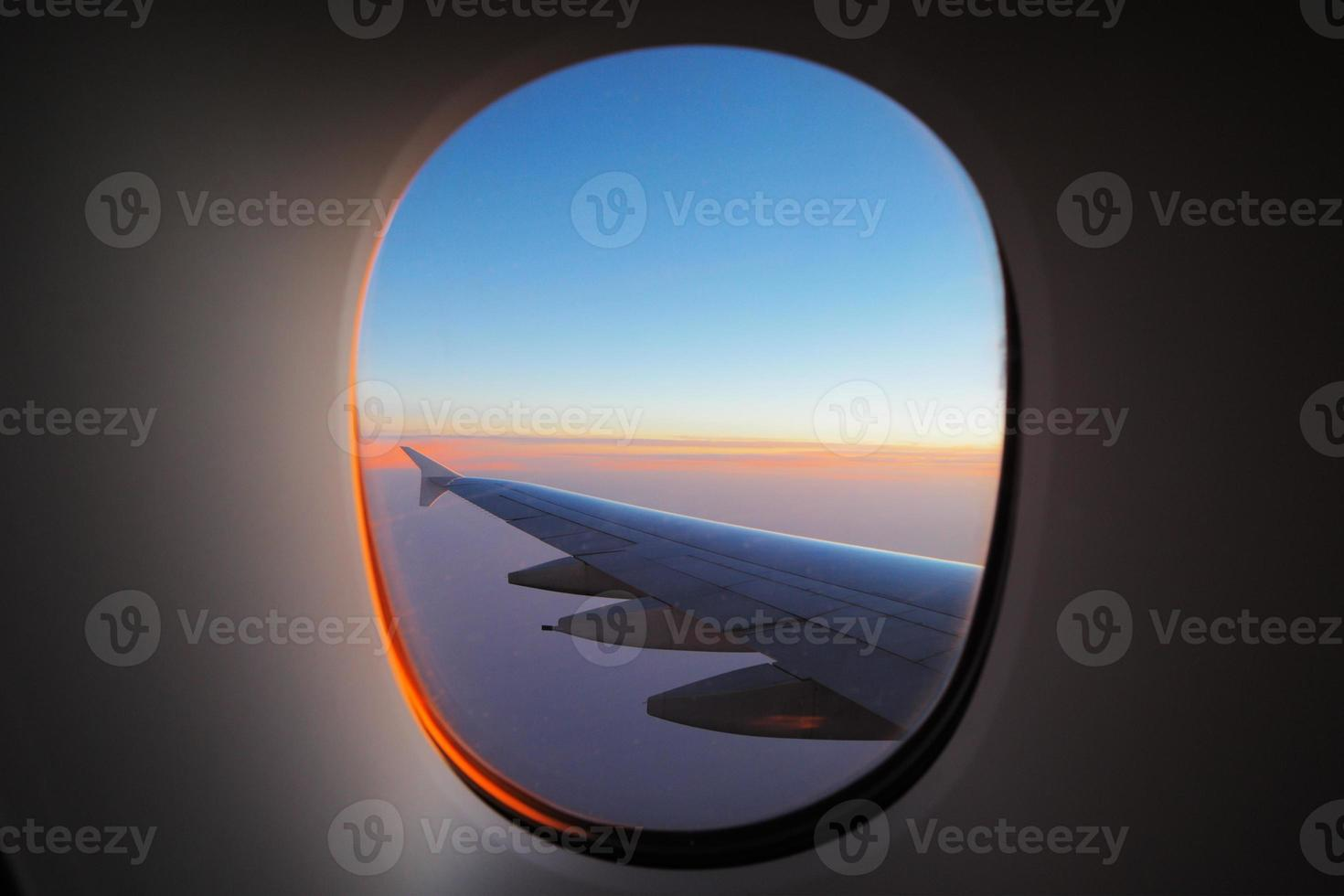 raam uitzicht op de vleugel bij dageraad foto