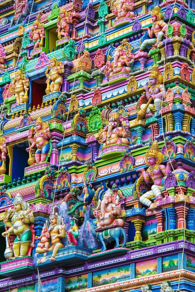 kleurrijke muur en figuren op de gevel van de hindoe-tempel foto