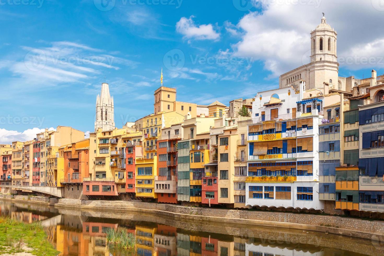 Girona. veelkleurige gevels van huizen aan de rivier de Onyar foto
