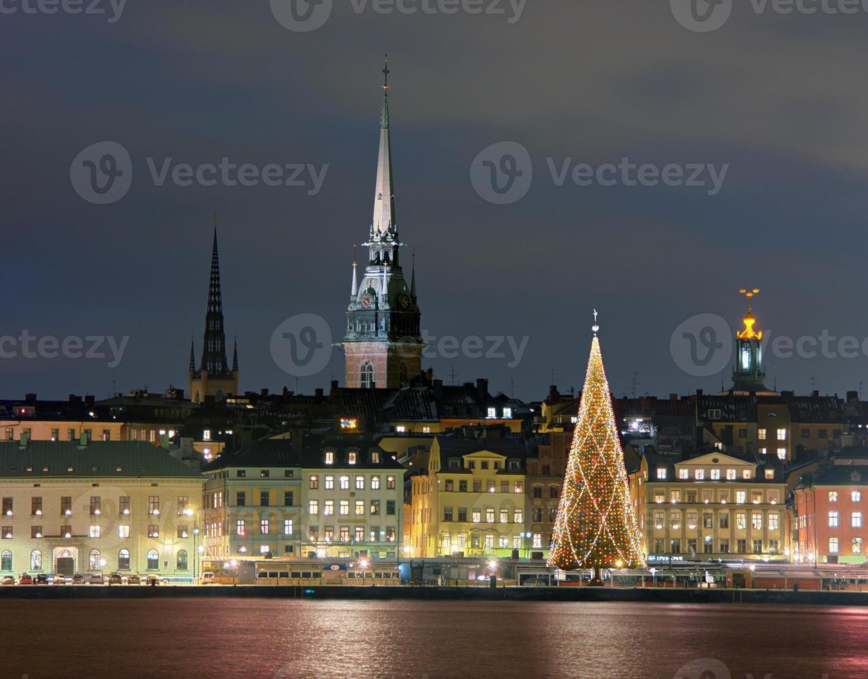 skyline bij nacht in stockholm met verlichte kerstboom foto