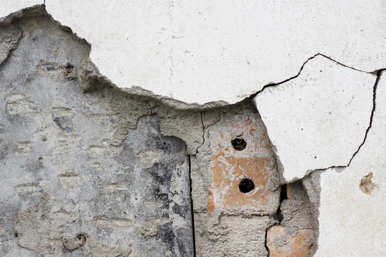bakstenen muur van oud het bamboehuis van het barstcement foto
