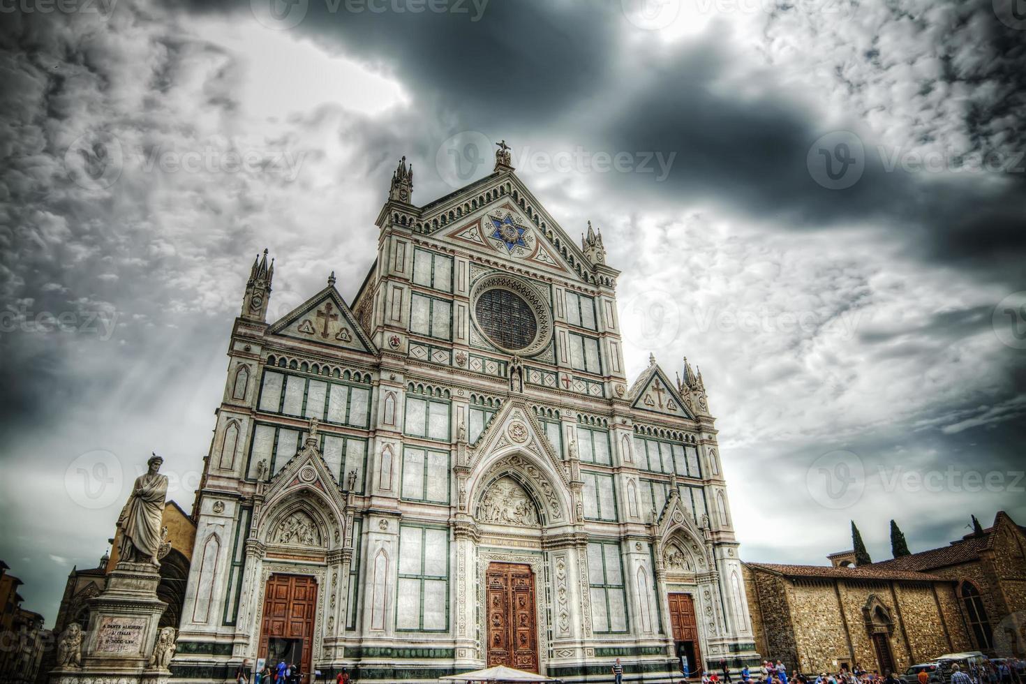 Santa Croce kathedraal onder een dramatische hemel in Florence foto